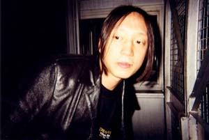 John Myung portant un t-shirt Your Majesty
